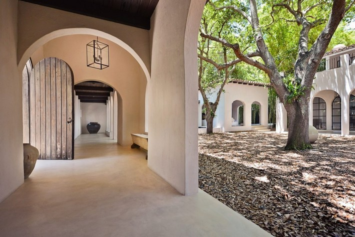 CALVIN KLEIN'S MIAMI BEACH HOME HITS REAL ESTATE MARKET  CALVIN KLEIN'S MIAMI BEACH HOME HITS REAL ESTATE MARKET 1433525788 syn 39 1433363083 4239 courtyard w interior hall and main door for web