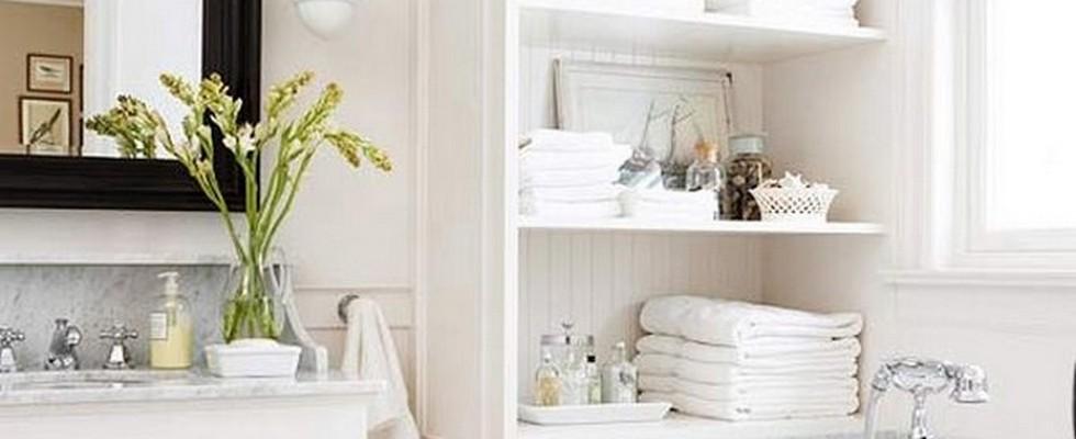 10 Tips for Chic Little Bathrooms small bathroom 10 Tips for a Chic Small Bathroom bright color for a chic bathroom1