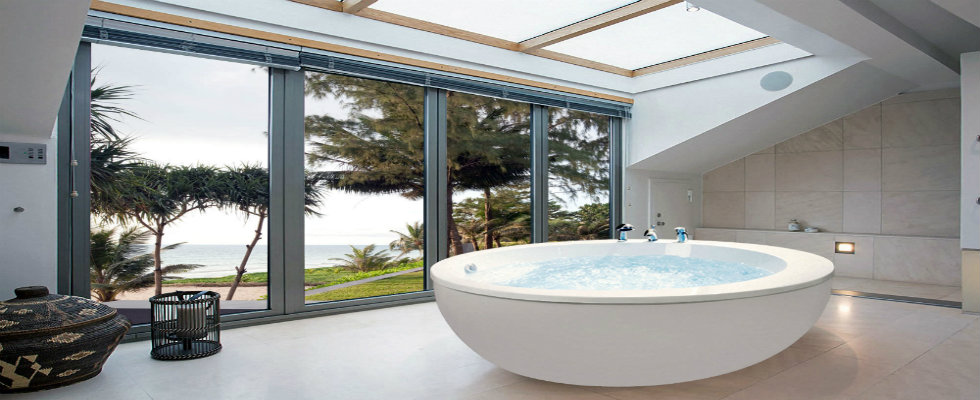 floor-to-ceiling windows Make a Splash Into Your Bathroom With Floor-to-Ceiling Windows feature 11