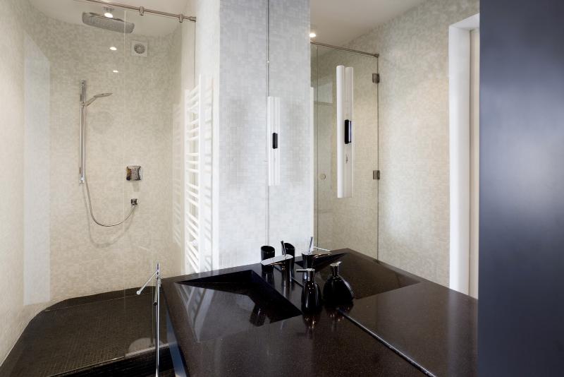 Contemporary interiors with distinctive bathroom designs by 4a Architekten 4a architekten Contemporary interiors with distinctive bathroom designs by 4a Architekten 3