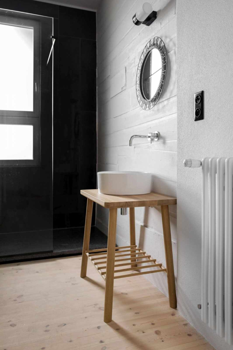 Loft Kolasiński: Minimalistic contemporary bathrooms with vintage ideas