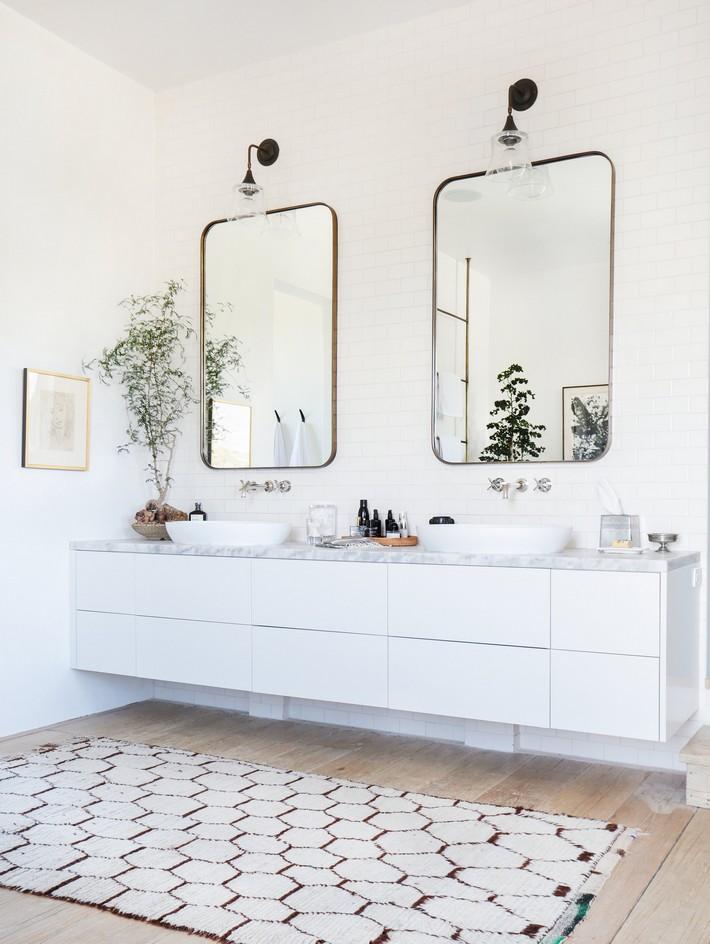 TheMalibuVilla_15 white bathroom Minimalist White Bathroom Designs to Fall In Love TheMalibuVilla 15