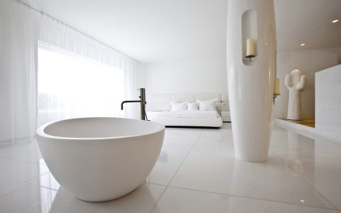 bathtub in the master bedroom A Bathtub in the Master Bedroom: 7 Winning Designs 6bathtub in the master bedroom 480x300